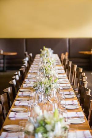 結婚披露宴やパーティなどのイベント、レストランで長いテーブル 写真素材