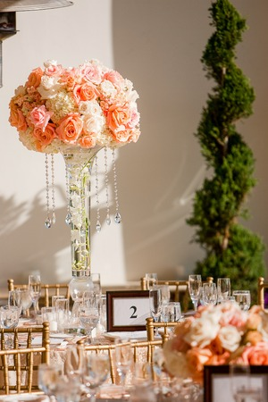 rosas naranjas: Hermosa pieza central en un elegante banquete de bodas que consta de hortensias blancas, rosas del melocotón, rosas de color naranja