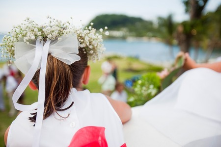Blumenmädchen bei der Hochzeit mit Bogen und der Atem des Babys Haar Kranz im Haar