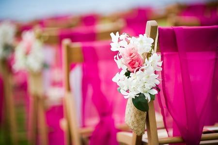 結婚式: 先の結婚式のための結婚式の通路で白デンドロビウム蘭とピンク ジンジャーの花