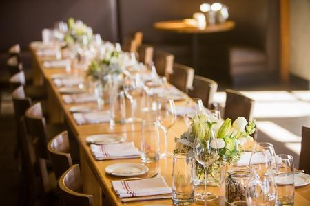 파티 나 이벤트에 오래 앉아있는 테이블