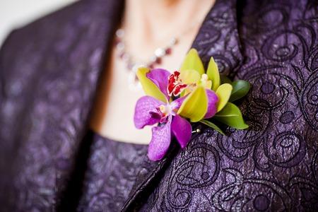 母のグリーンのシンビジウム蘭から成る花嫁ブートニ エール、紫色の蘭、denrobium と葉の緑のラスカス。