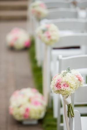 屋外の結婚式の通路