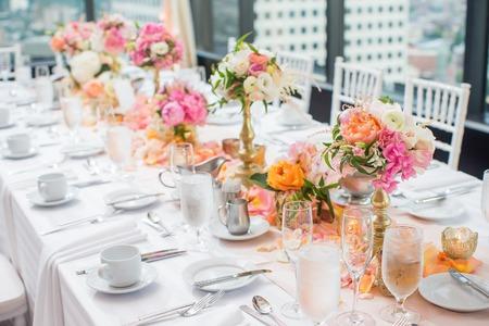 Elegante decoración de la mesa de recepción de boda y centros de mesa Foto de archivo - 44306110