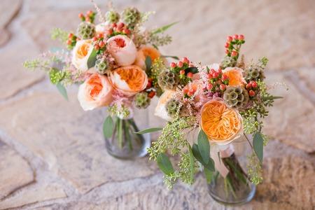pfingstrosen: Zwei Blumensträuße von hübschen Blumen in Vasen