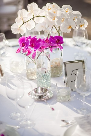 Orchid Mittelpunkt bei einem Outdoor-Event oder Hochzeitsempfang Standard-Bild