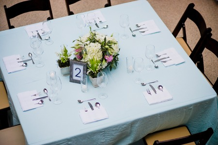 Overhead view of a floral centerpiece on a square table at a formal event Stock Photo