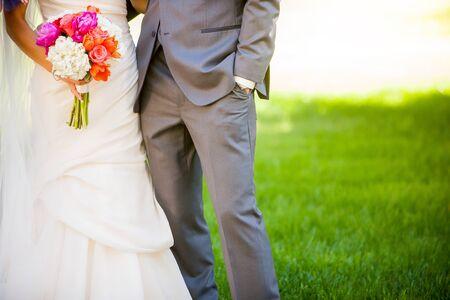 Braut und Bräutigam Hand in Hand auf einer Hochzeit