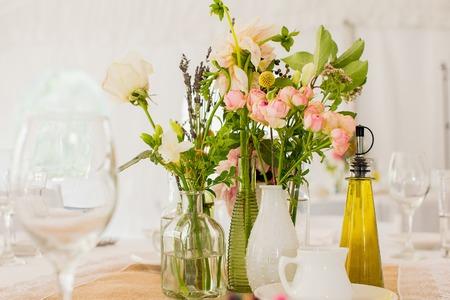 Frische Blumen-Mittelpunkt auf einem Tisch Standard-Bild - 44988266