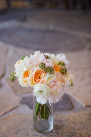 꽃병에 예쁜 꽃 장미로 이루어진 꽃다발, 프리지어, craspedia 스톡 콘텐츠