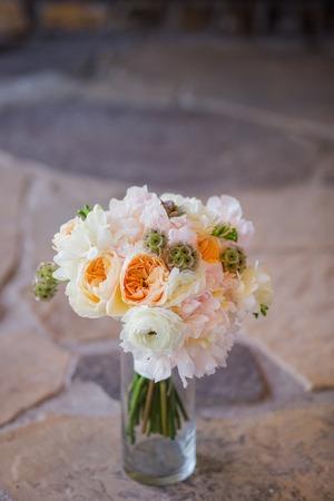 Blumenstrauß der schönen Blumen in der Vase aus Rosen, Freesien, Craspedia Standard-Bild - 44988271