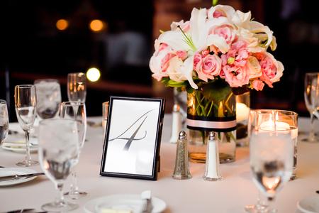 Centros de mesa en una mesa en la recepción nupcial