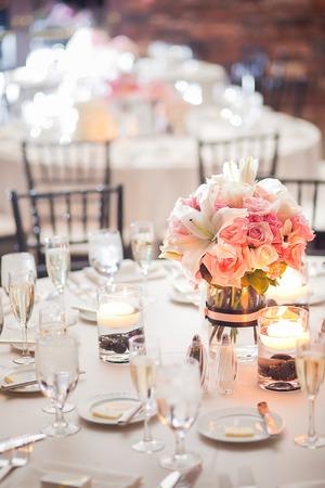 Floral middelpunt op een tafel op een bruiloft receptie