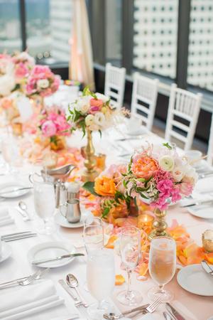 우아한 결혼식 피로연 테이블 장식과 중앙 장식품