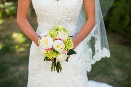 Braut mit Blumenstrauß Standard-Bild
