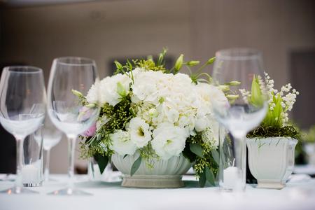 フォーマルなイベントでテーブルに花の中心のオーバー ヘッド ビュー