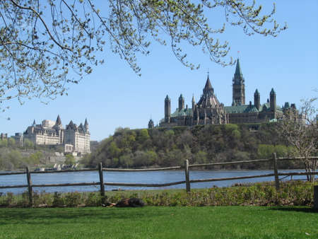view of parliament hill in Ottawa from the quebec side in Gatineau across the Ottawa river Banque d'images - 106746887