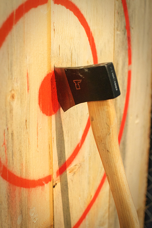 Axe stuck in a wooden target 版權商用圖片