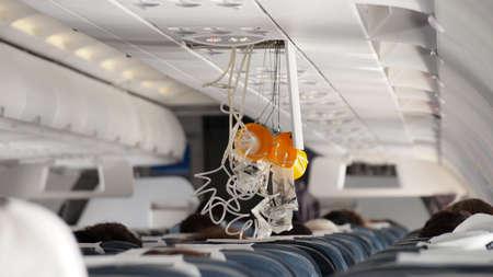Zuurstofmasker uitvalt in vliegtuig.