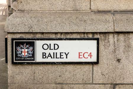 London. Mai 2018. Ein Blick auf das Straßenschild für die alte Vorburg in der Stadt London.