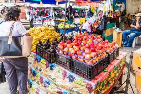 San Salwador, Salwador. Styczeń 2018. Widok typowej sceny targu owocowego na centralnym targu ulicznym w San Salvador, El Salvador. Publikacyjne