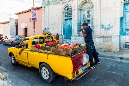 San salvador, el salvador. Enero de 2018. Vista de un automóvil vendiendo fruta en una típica escena callejera en Santa Ana, El Salvador.