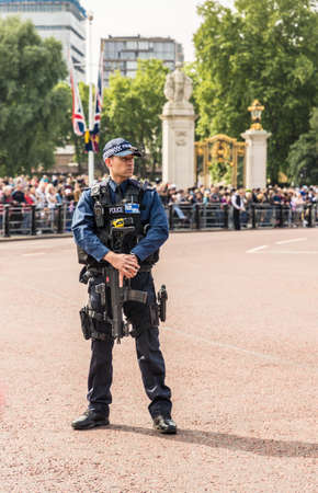 伦敦。2018年6月9日。一名武装警察在女王生日庆典上的阅兵仪式