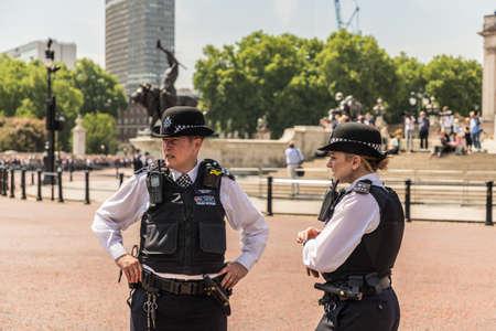 伦敦。2018年6月9日。2名女警官在女王生日庆典上的阅兵。