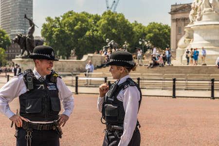 Londres. 9 juin 2018. Vue de 2 policières lors des célébrations de l'anniversaire de Trooping the Colour dans le Queens. Éditoriale