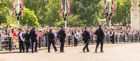 伦敦。2018年6月9日。皇后生生日生日庆祝的一些武装警察的看法颜色