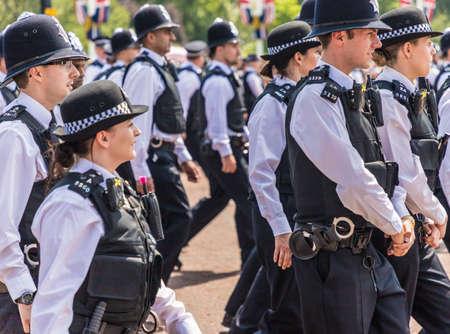 伦敦。2018年6月9日。在女王的生日庆典上,一大群警察列队阅兵