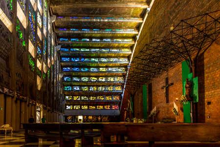 San Salvador. Febrero de 2018. Una vista típica de las vidrieras en el interior de la iglesia del Rosario en San Salvador en El Salvador