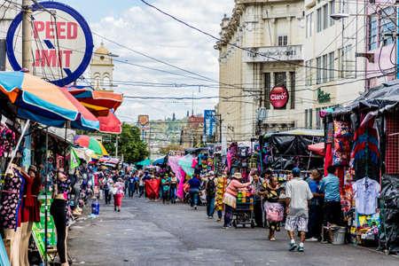 San Salvador. Febrero de 2018. Una típica escena callejera en San Salvador en El Salvador