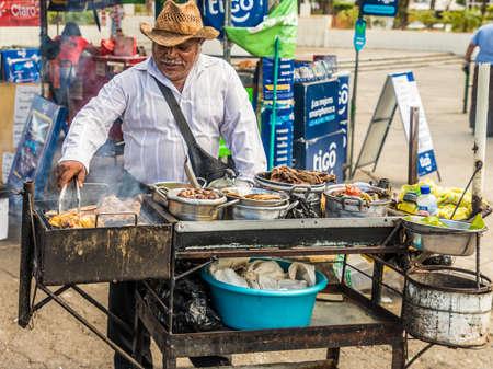 San Salvador. Febrero de 2018. Un puesto de barbacoa en San Salvador en El Salvador