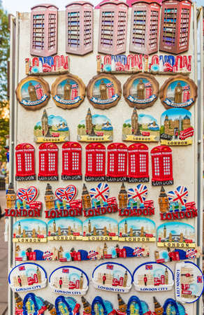 London October 2018. A view of souvenirs for sale in London Standard-Bild - 120008872