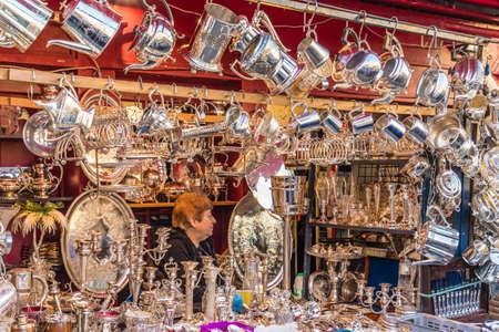 London. November 2018. A view of a stall selling silver goods at Portobello Market in London Standard-Bild - 120452509