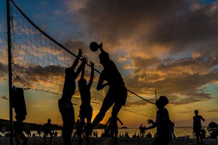 Febrero de 2019. Patong Tailandia. Voleibol al atardecer en la playa de Patong en Patong Tailandia Foto de archivo