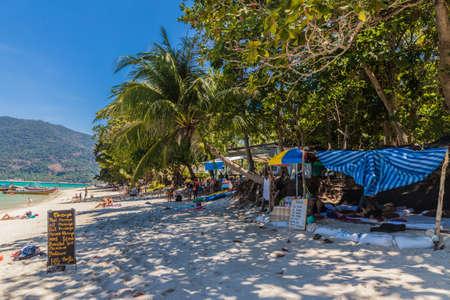Février 2019. Ko Lipe Tarutao National Marine Park Thaïlande. Une vue sur le bar de la plage de Cest la Vie à Ko Lipe Tarutao National Marine Park Thaïlande Éditoriale