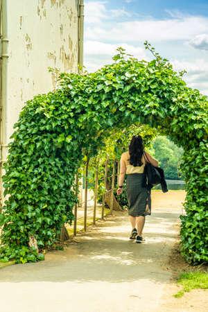 June 2020. London. A woman walking by Kenwood House, Hampstead heath, London,England, Uk Europe 版權商用圖片