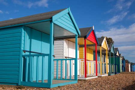 beach shingle: Spiaggia colorata capanne su una spiaggia di ciottoli