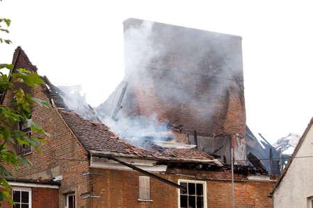 incendio casa: Permanece latente de un quemado a edificio  Foto de archivo