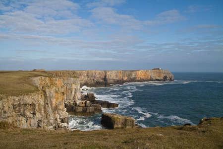 """wzburzone morze: St Govans Head, Pembrokeshire, South Wales, na sÅ'oneczny dzieÅ"""", ale z surowca Morza  Zdjęcie Seryjne"""