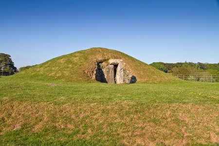 Cámara de entierro de Bryn Celli Ddu, un impresionante Neolítico calibrada tumba, con el paso de entrada parcialmente restaurada y el montículo, en el sitio de un monumento prehistórico antigua, en la isla de Anglesey, Gales, Reino Unido  Foto de archivo - 7314208