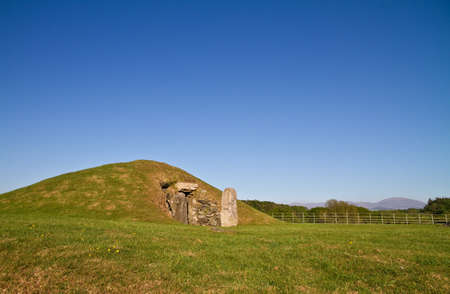 chambered: Bryn Celli Ddu Burial Chamber, an impressive Neolithic chambered tomb, with partially restored entrance passage and mound, on the site of a former henge monument, on the Isle of Anglesey, Wales,UK