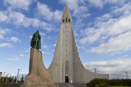 Hallgrimskirkja Church, Reykjavik,Iceland, with statue of Lief Erikson,one of the discoverers of North America. The church architecture echoes the collumnar basalt formations common in Icelandic geology Stok Fotoğraf