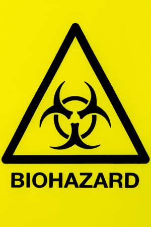 riesgo quimico: Cerca de un s�mbolo de riesgo biol�gico en un tri�ngulo de advertencia amarillo negro