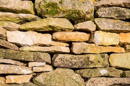 cotswold: Muro di pietra del Cotswold a secco in primo piano