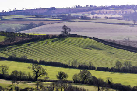 English countryside with low sun showing medieval ridge and furrow field system on a bright winters day 版權商用圖片 - 104289838