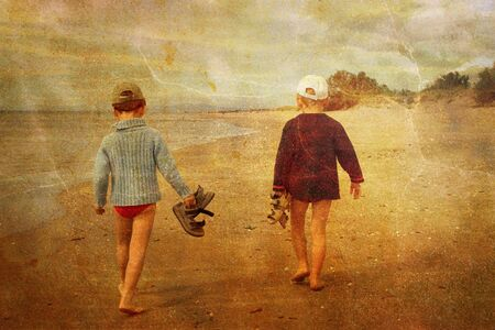 ni�os caminando: Ni�os caminando en la playa  Foto de archivo