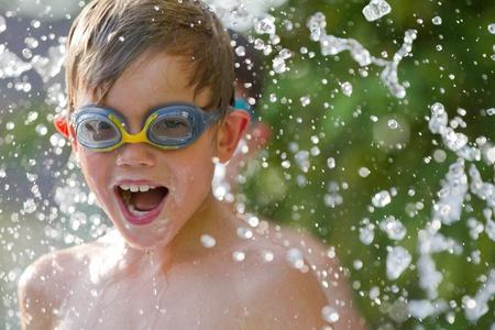 splash pool: ni�os jugando en el agua Foto de archivo